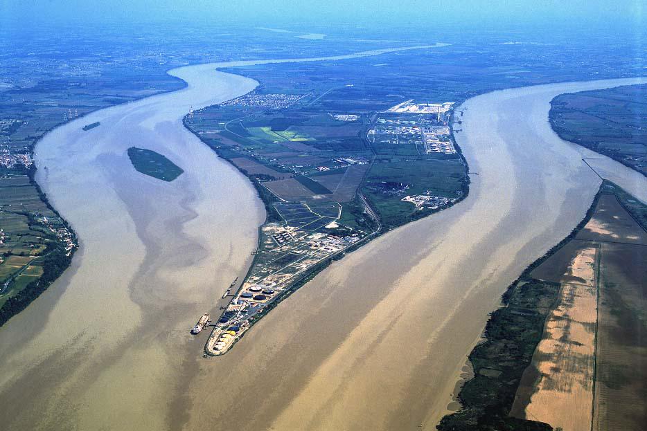 Ahol a Dordogne és a Garonne egymást ölelve Gironde-dá olvad, hogy a tengerbe vesszenek együtt, mindahányan.